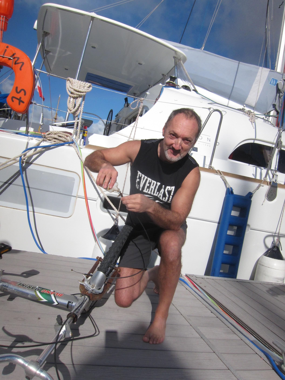 Gérard essaye de dégripper ce foutu vélo…