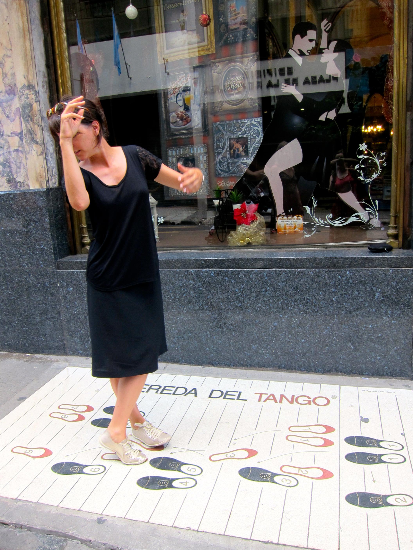 Helene essaye un pas de tango