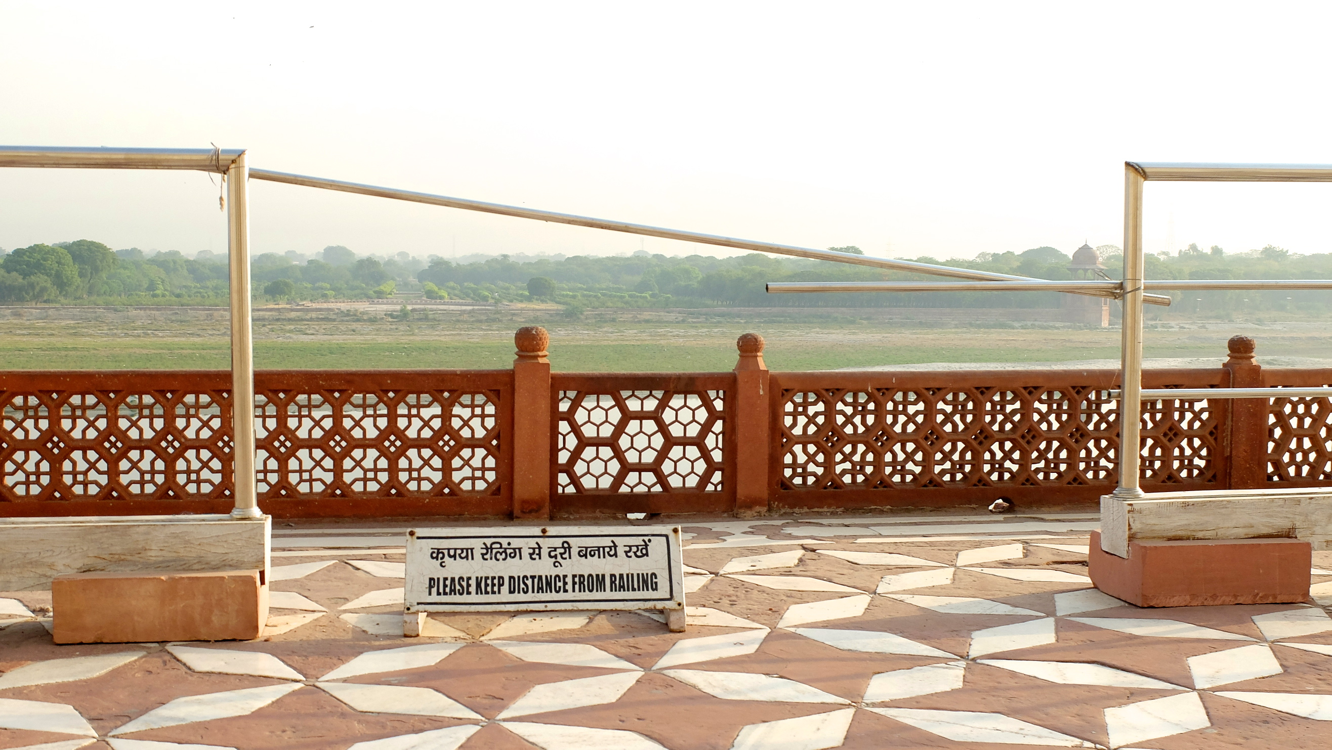 Au Taj Mahal, on va vous le dire combien de fois : On. Ne. S'appuie. Pas. Sur. La. Barrière. Va y avoir un accident un de ces quat', j'vous jure, ma brave dame.